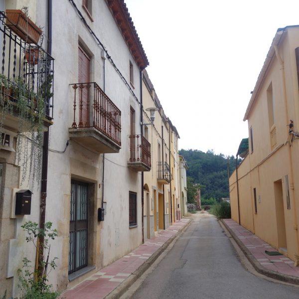 Ik loop in Bescanó naar een waterpunt bij Carrer Santa Anna